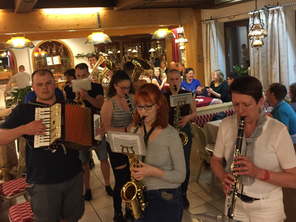 Spontane, musikalische Einlage im Adam-Bräu am Abend - zur Freude der Gäste und auch von uns!