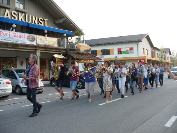 Mit Marschmusik durch Bodenmais zur Freude der Einwohner und Urlauber. Kommt dort wohl nicht so oft vor.